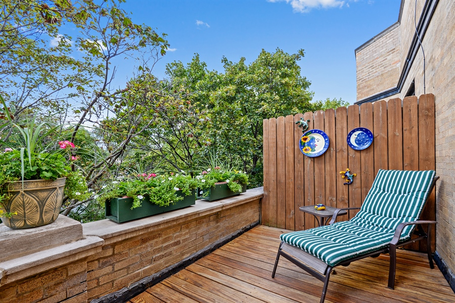 Real Estate Photography - 6221 N Magnolia Ave, 3S, Chicago, IL, 60660 - Front Balcony