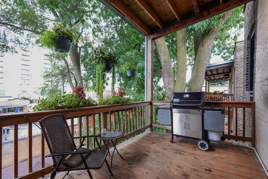 Real Estate Photography - 6221 N Magnolia Ave, 3S, Chicago, IL, 60660 - Deck