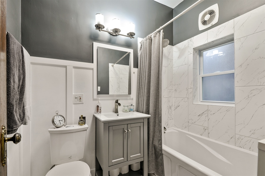 Real Estate Photography - 6221 N Magnolia Ave, 3S, Chicago, IL, 60660 - Bathroom