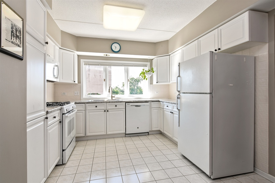 Real Estate Photography - 1325 Perry St, Unit 405, Des Plaines, IL, 60016 - Kitchen