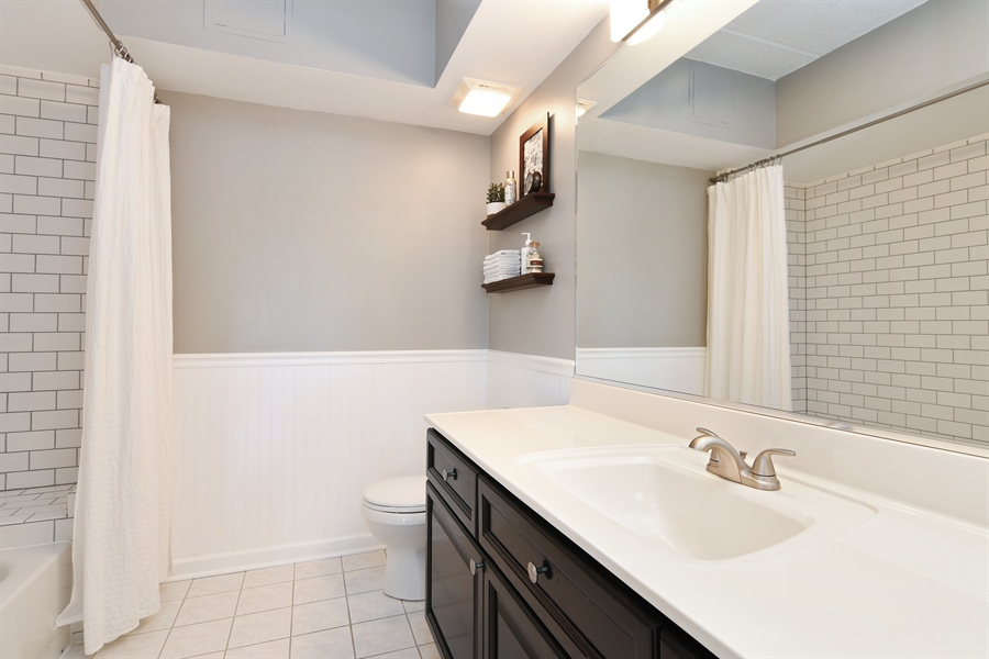 Real Estate Photography - 1325 Perry St, Unit 405, Des Plaines, IL, 60016 - Bathroom
