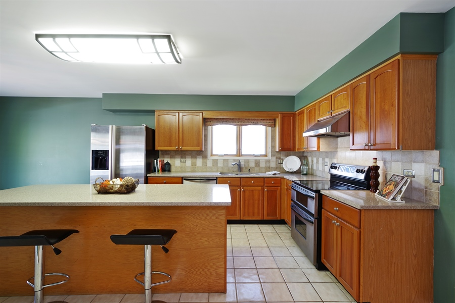 Real Estate Photography - 520 Newtown, Buffalo Grove, IL, 60089 - Kitchen