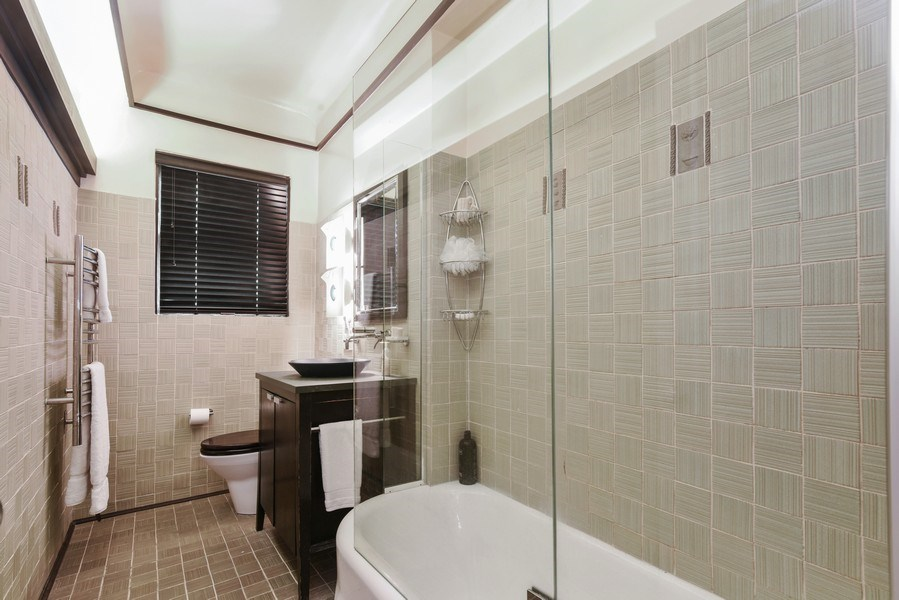 Real Estate Photography - 707 W Junior Ter, 6N, Chicago, IL, 60613 - Bathroom