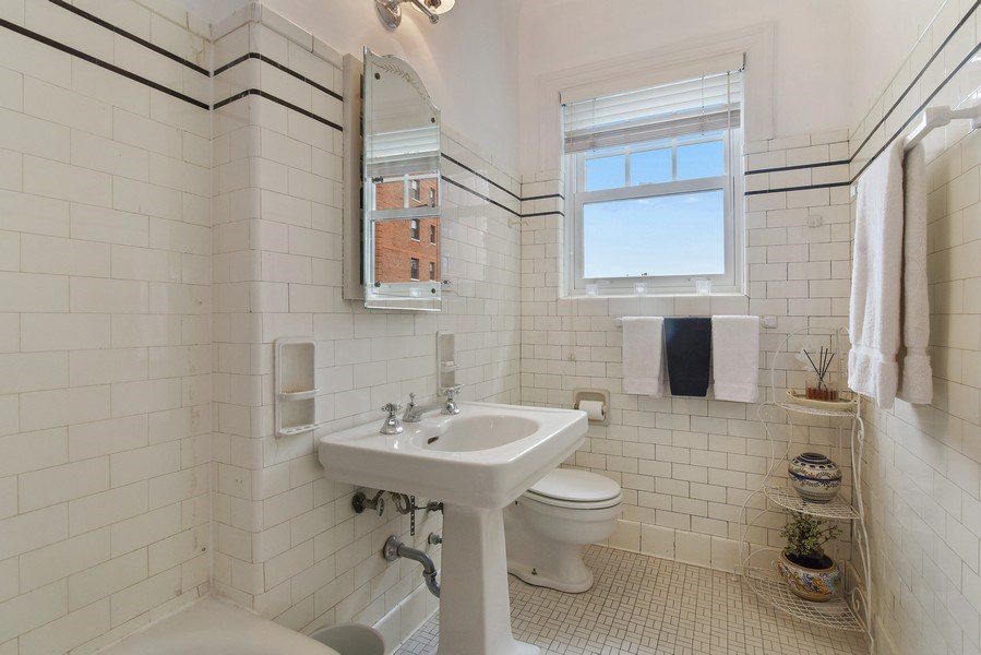 Real Estate Photography - 707 W Junior Ter, 6N, Chicago, IL, 60613 - 2nd Bathroom