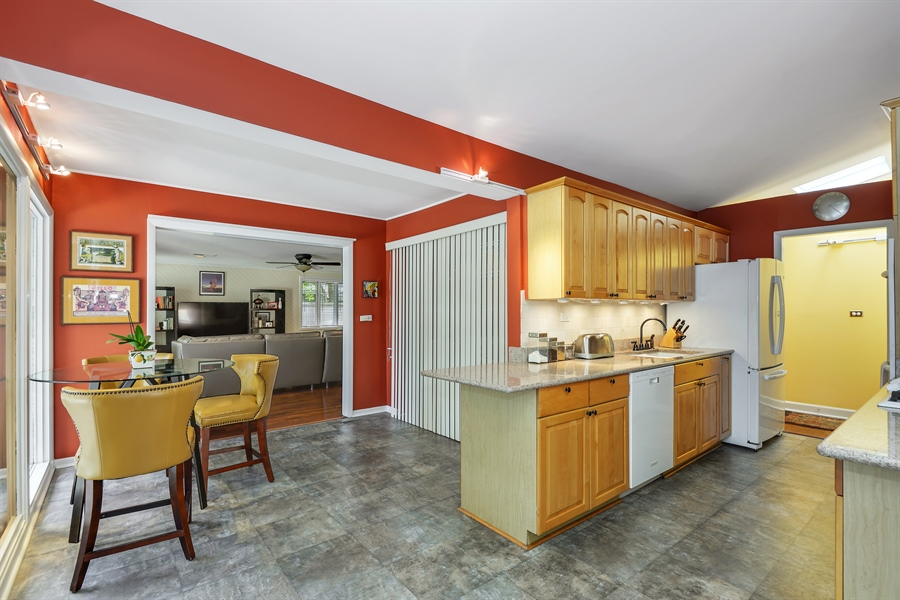 Real Estate Photography - 118 Lockerbie Ln, Wilmette, IL, 60091 - Kitchen / Breakfast Room