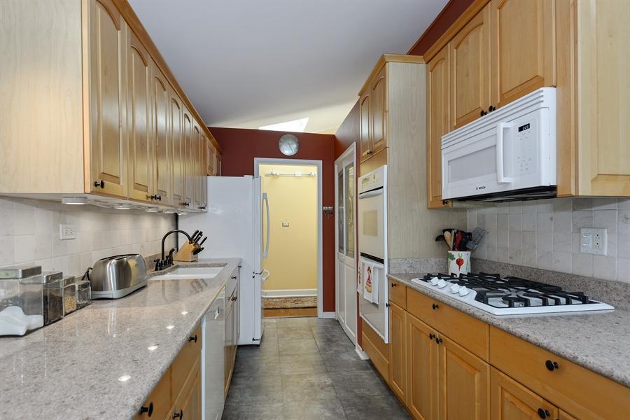 Real Estate Photography - 118 Lockerbie Ln, Wilmette, IL, 60091 - Kitchen