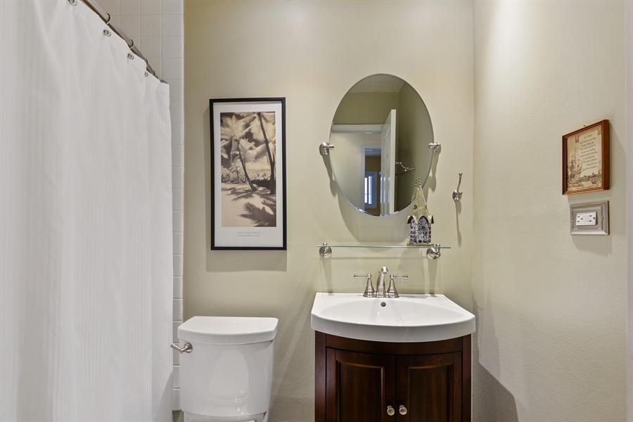 Real Estate Photography - 118 Lockerbie Ln, Wilmette, IL, 60091 - Hall bathroom