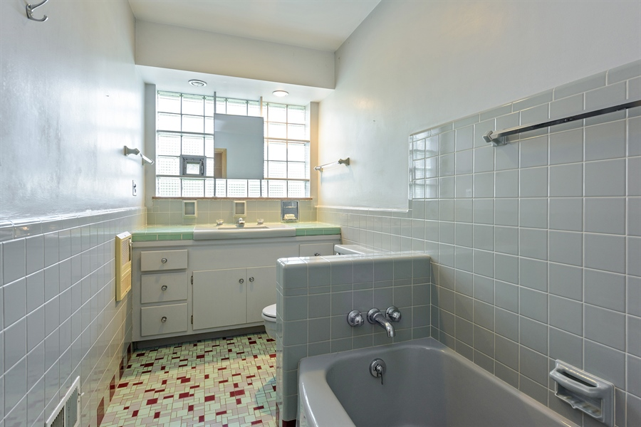 Real Estate Photography - 4050 Bunker Ln, Wilmette, IL, 60091 - 2nd Full Bath
