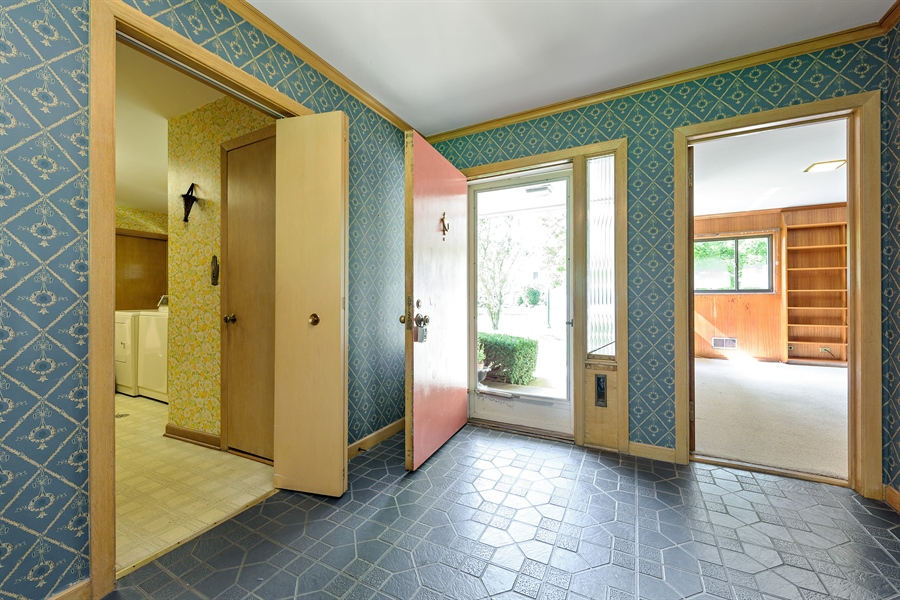 Real Estate Photography - 4050 Bunker Ln, Wilmette, IL, 60091 - Foyer