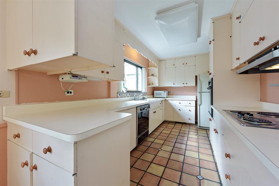 Real Estate Photography - 4050 Bunker Ln, Wilmette, IL, 60091 - Kitchen