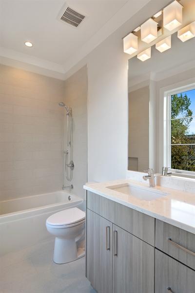 Real Estate Photography - 3913 N Janssen, Unit 2, Chicago, IL, 60613 - Bathroom