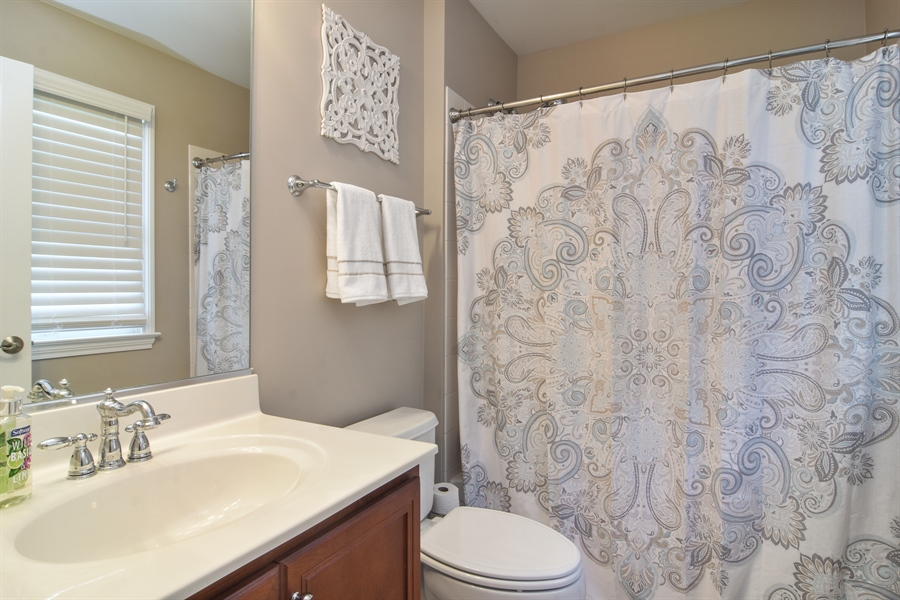 Real Estate Photography - 82 Tournament, Hawthorn woods, IL, 60047 - 2nd Bathroom