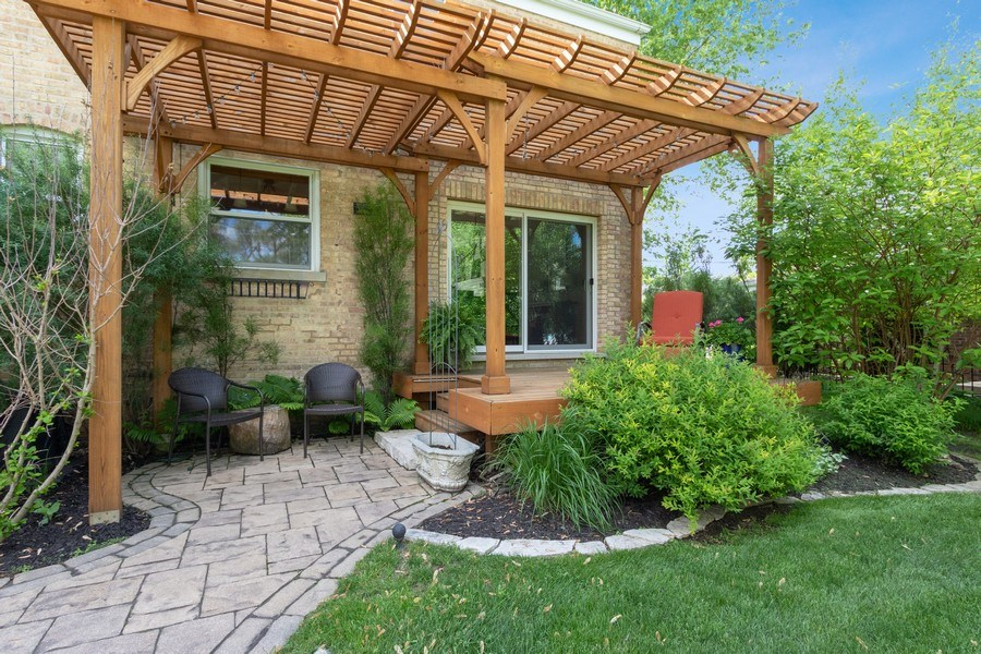 Real Estate Photography - 1005 N Wilke Rd, Arlington Heights, IL, 60004 - Porch