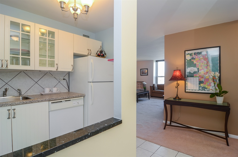 Real Estate Photography - 720 W Gordon Ter, Unit 11F, Chicago, IL, 60613 - Foyer