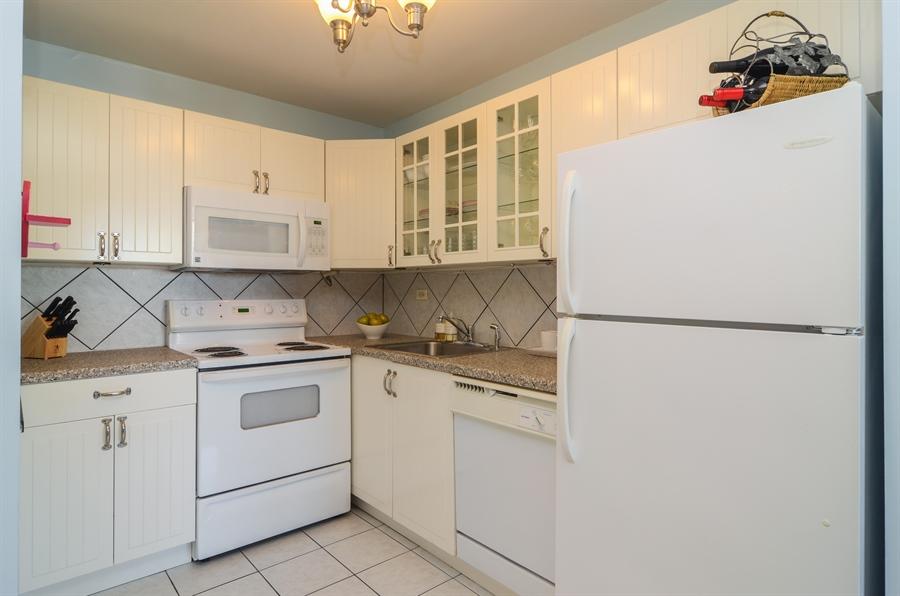 Real Estate Photography - 720 W Gordon Ter, Unit 11F, Chicago, IL, 60613 - Kitchen