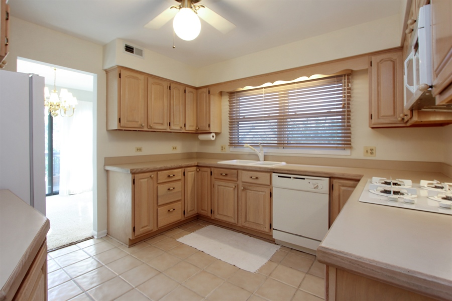 Real Estate Photography - 882 Shambliss, Buffalo Grove, IL, 60089 - Kitchen