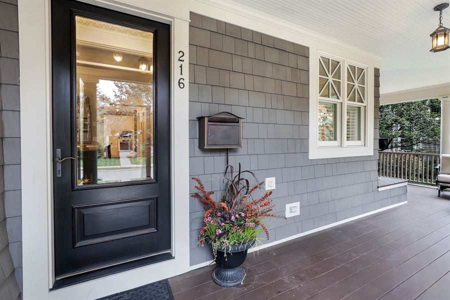 Real Estate Photography - 216 W Cook Avenue, Libertyville, IL, 60048 - Entryway