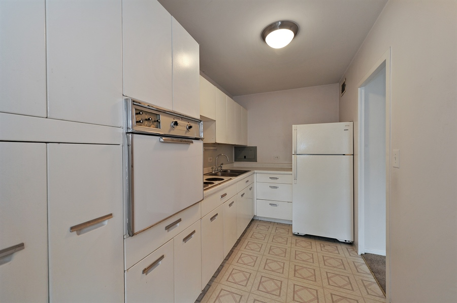 Real Estate Photography - 3900 N Lake Shore Dr, Unit 20G, Chicago, IL, 60613 - Kitchen