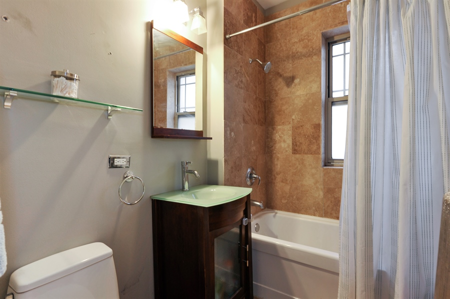 Real Estate Photography - 4601 N. Dover, 2, Chicago, IL, 60640 - 2nd Bathroom