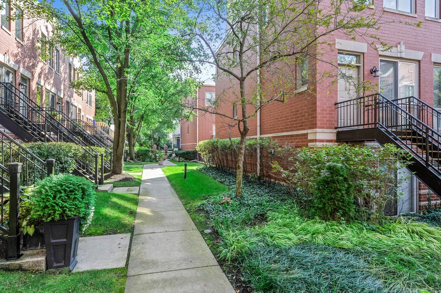 Real Estate Photography - 1522 W School St, Chicago, IL, 60657 - Courtyard