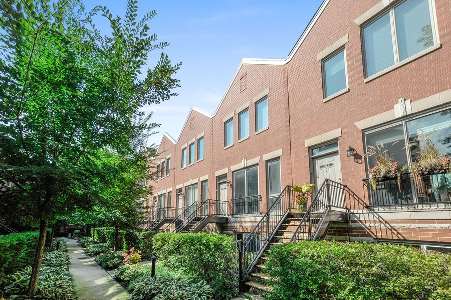 Real Estate Photography - 1522 W School St, Chicago, IL, 60657 - Front View