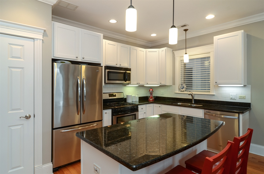 Real Estate Photography - 2250 W Foster Ave, 3E, Chicago, IL, 60625 - Kitchen