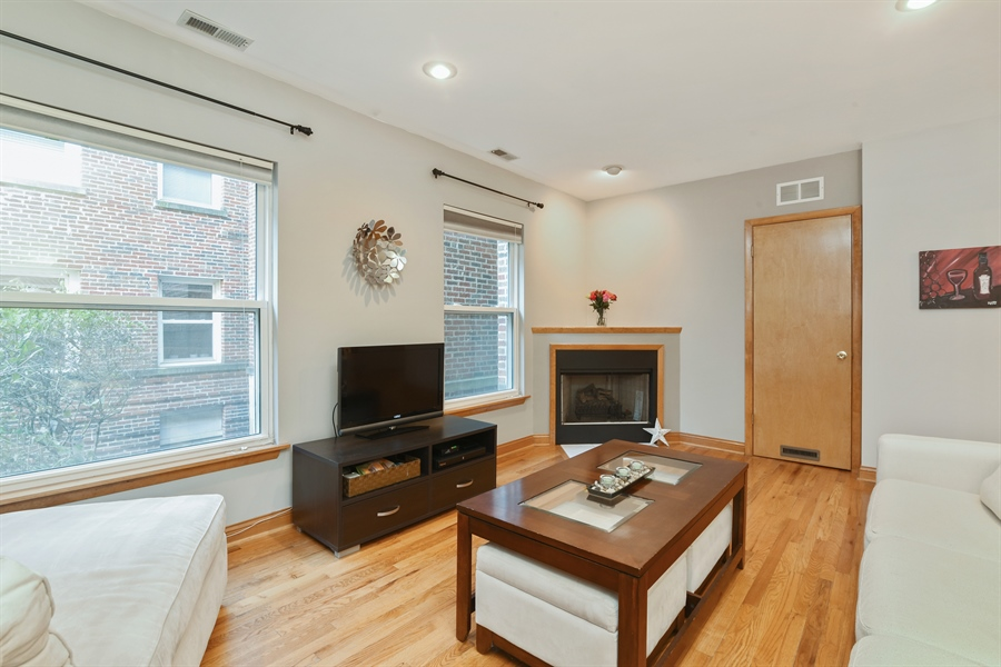 Real Estate Photography - 917 W. Sunnyside Ave., 1-S, Chicago, IL, 60640 - Living Room
