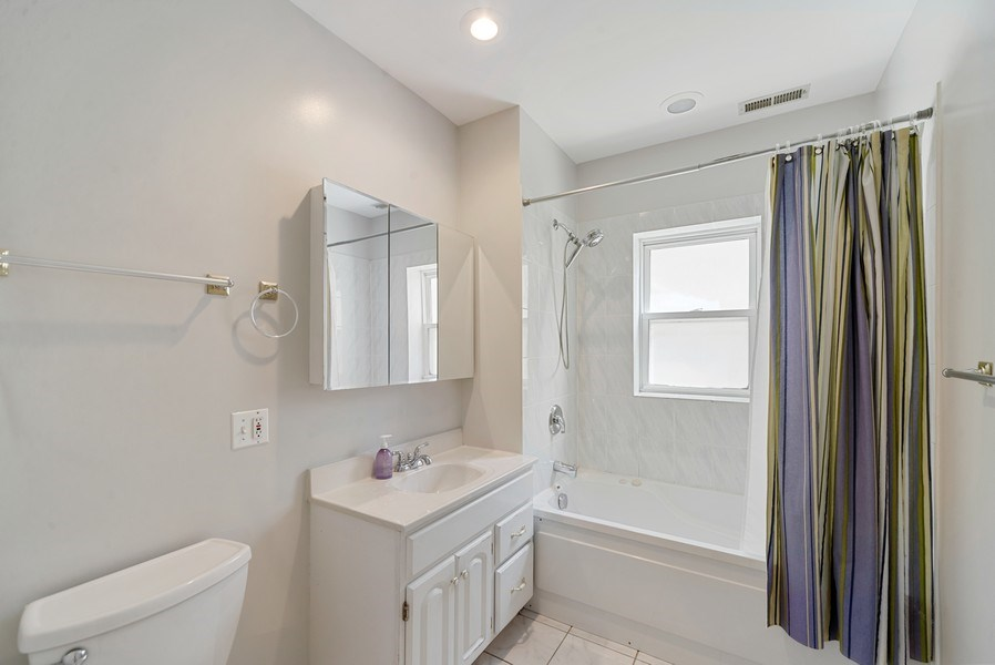 Real Estate Photography - 917 W. Sunnyside Ave., 1-S, Chicago, IL, 60640 - Master Bathroom