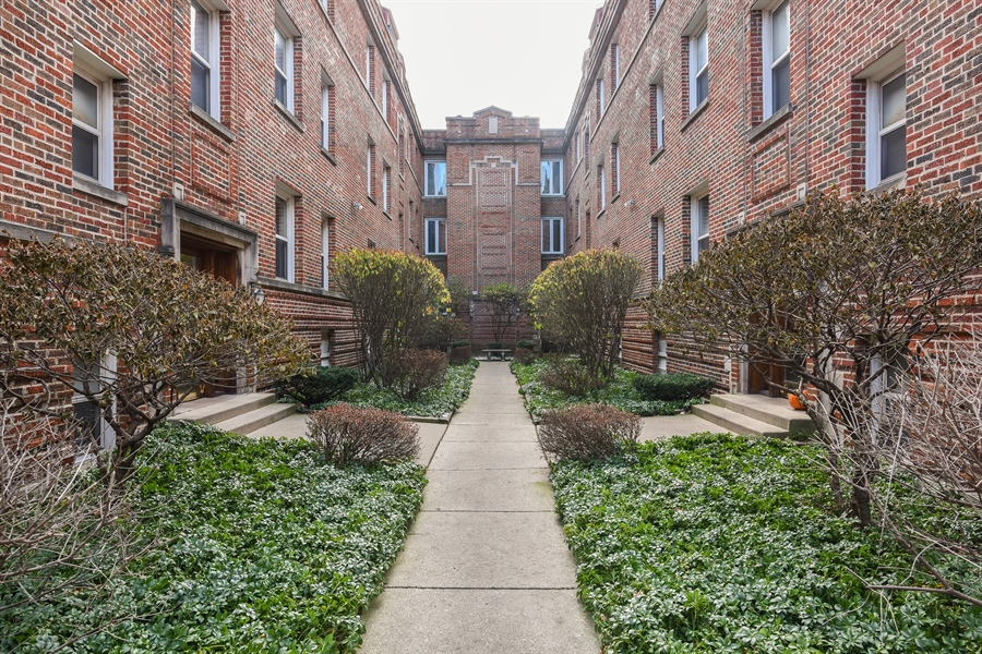 Real Estate Photography - 917 W. Sunnyside Ave., 1-S, Chicago, IL, 60640 - Courtyard