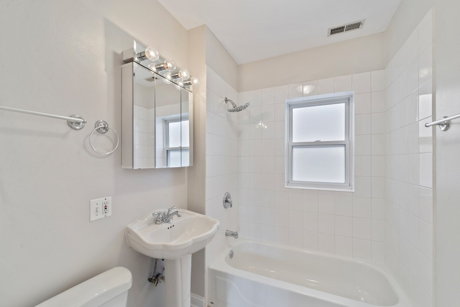 Real Estate Photography - 917 W. Sunnyside Ave., 1-S, Chicago, IL, 60640 - Bathroom