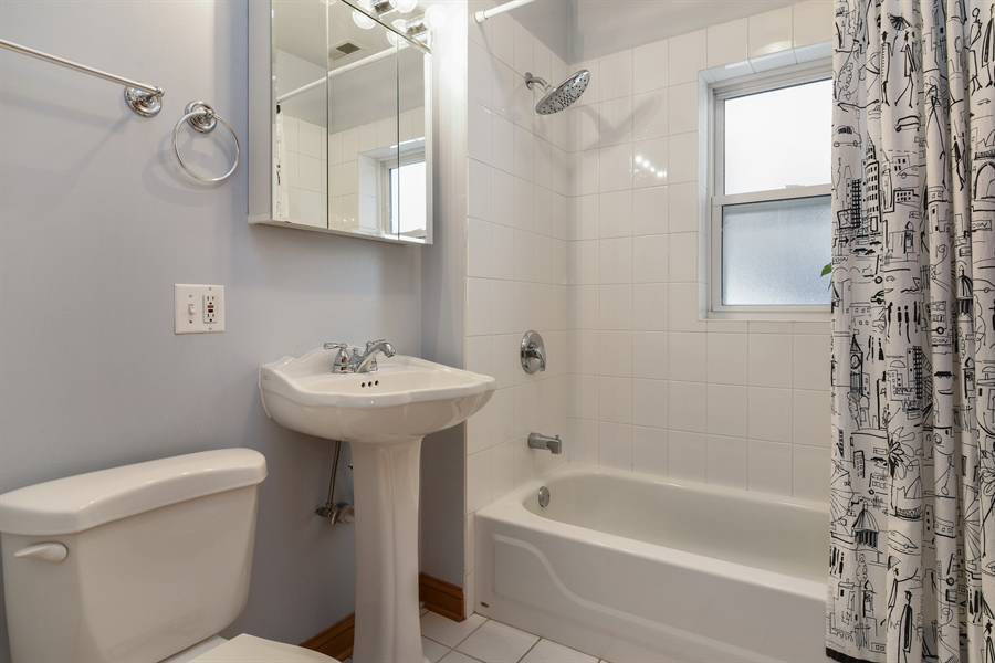 Real Estate Photography - 917 W. Sunnyside Ave., 1-S, Chicago, IL, 60640 - 2nd Bathroom