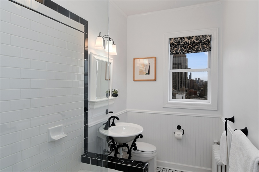 Real Estate Photography - 431 Oakdale, 14-D, Chicago, IL, 60657 - Bathroom