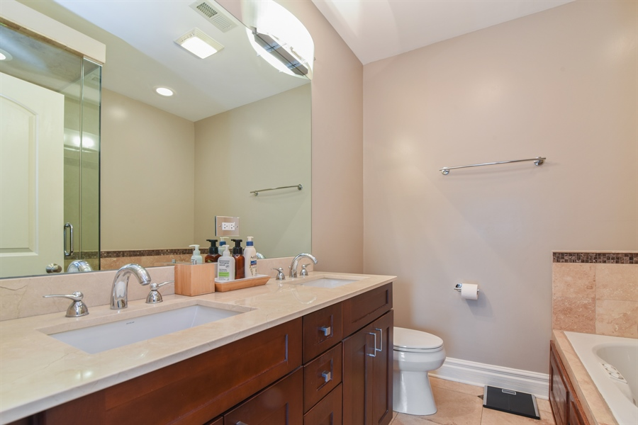 Real Estate Photography - 1625 W Catalpa Ave, 2, Chicago, IL, 60640 - Master Bathroom