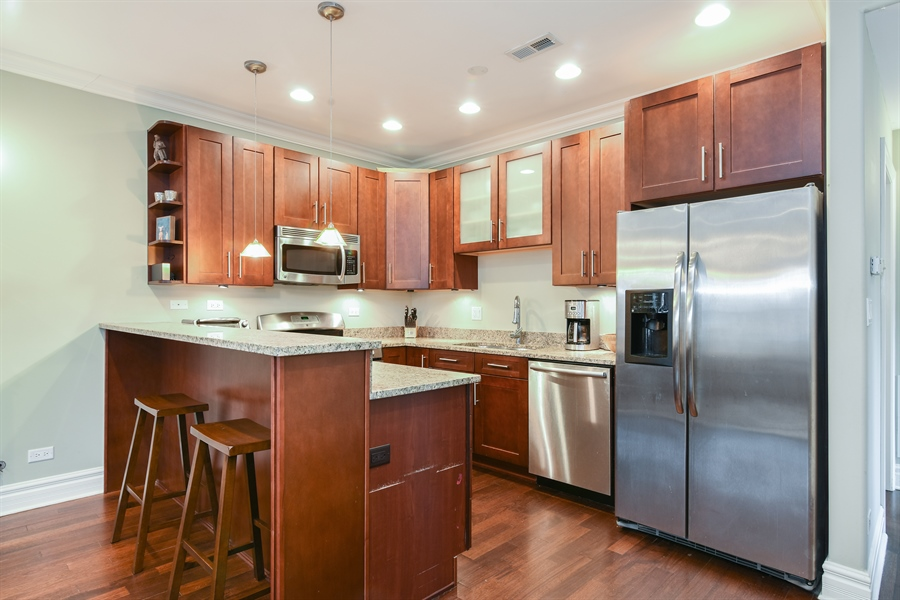 Real Estate Photography - 1625 W Catalpa Ave, 2, Chicago, IL, 60640 - Kitchen