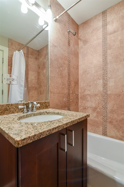 Real Estate Photography - 1625 W Catalpa Ave, 2, Chicago, IL, 60640 - 2nd Bathroom