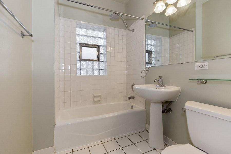 Real Estate Photography - 652 Aldine, #2, Chicago, IL, 60657 - Bathroom