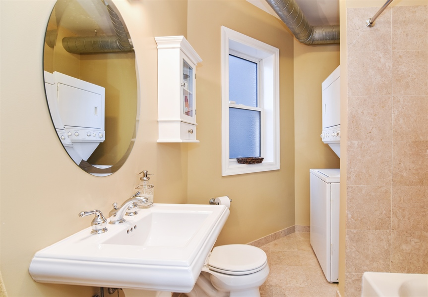 Real Estate Photography - 1606 W Carmen Ave, 1E, Chicago, IL, 60640 - Bathroom