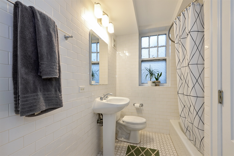 Real Estate Photography - 240 Lee St, G, Evanston, IL, 60202 - Bathroom