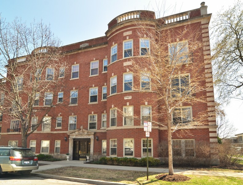 Real Estate Photography - 240 Lee St, G, Evanston, IL, 60202 -