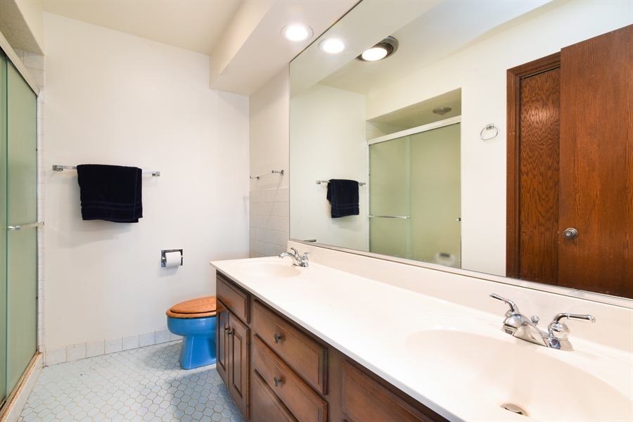 Real Estate Photography - 6400 N Cicero Ave, 315, Lincolnwood, IL, 60712 - Master Bathroom