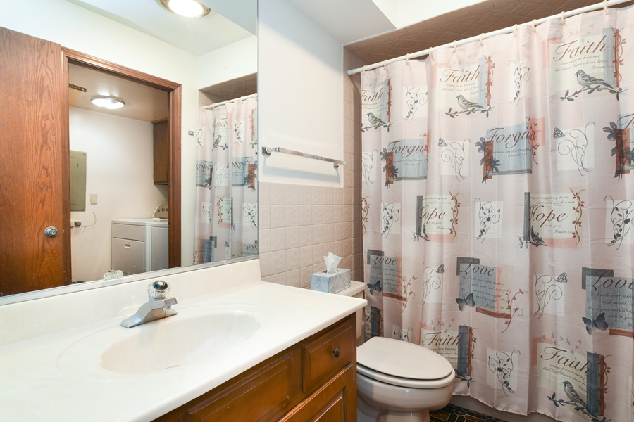 Real Estate Photography - 6400 N Cicero Ave, 315, Lincolnwood, IL, 60712 - 2nd Bathroom