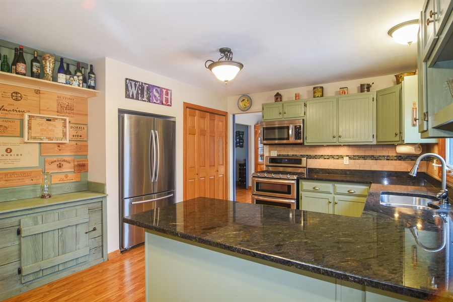 Real Estate Photography - 40W982 Creekwood, Elgin, IL, 60124 - Kitchen