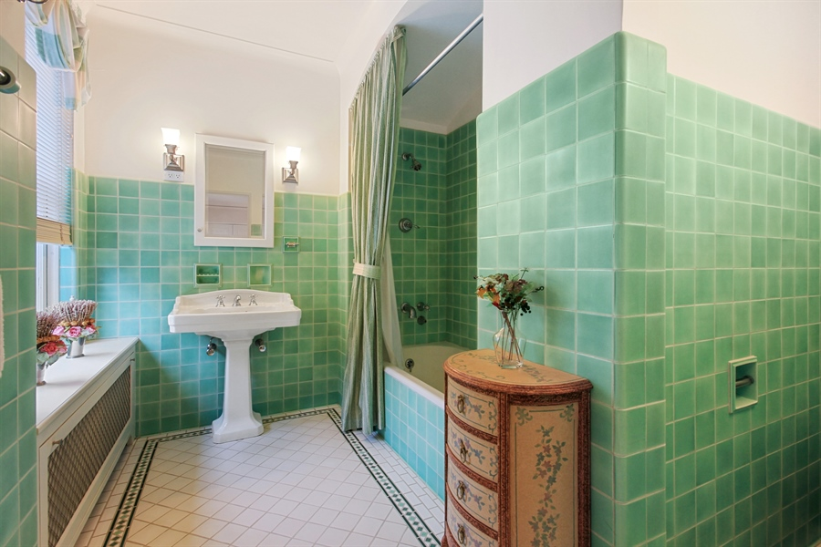 Real Estate Photography - 1530 N State Pkwy, Unit 3, Chicago, IL, 60610 - 3rd Bath