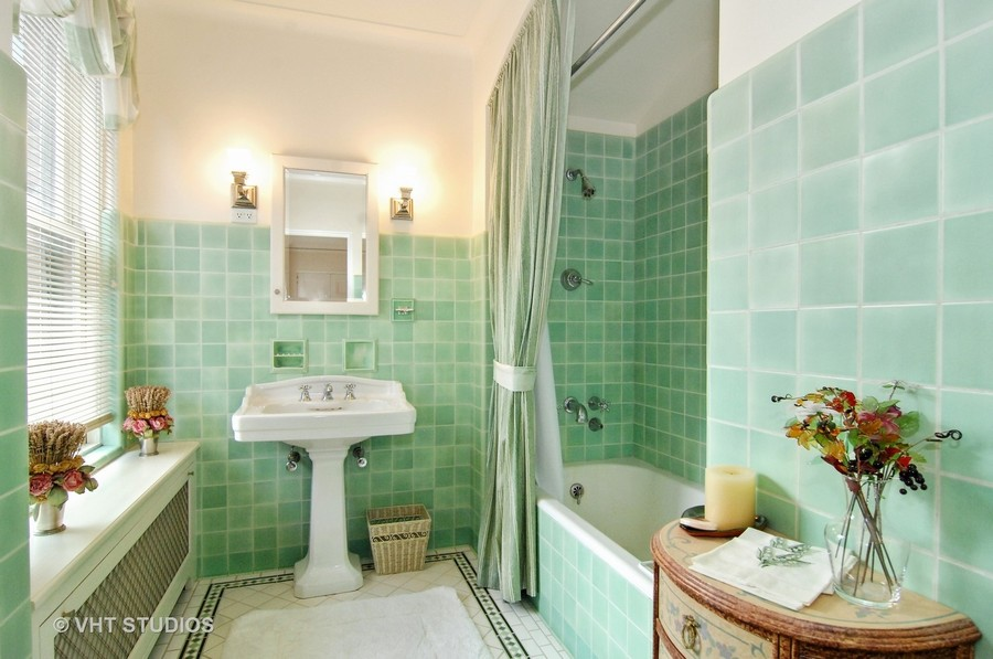 Real Estate Photography - 1530 N State Pkwy, Unit 3, Chicago, IL, 60610 - 2nd Bath