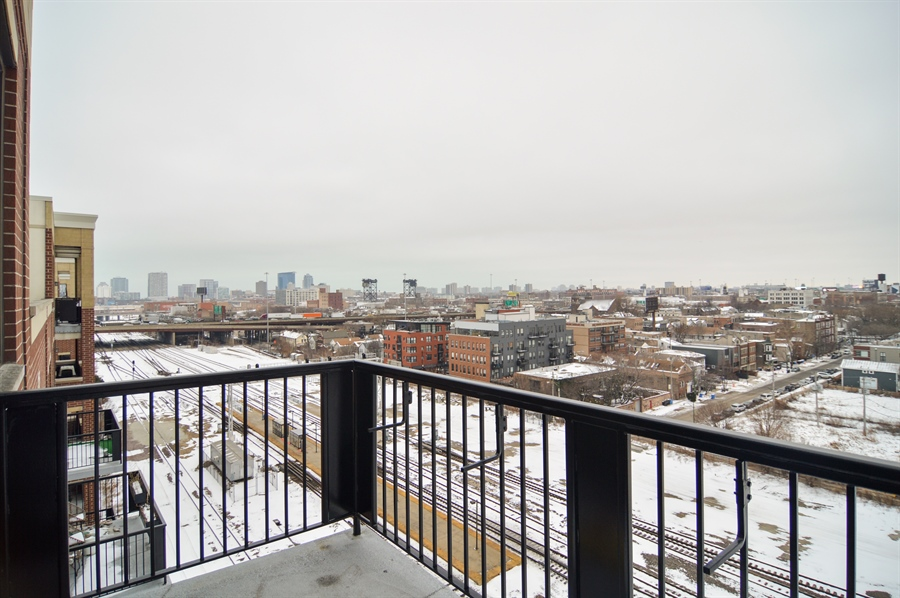 Real Estate Photography - 833 W 15th Pl, Unit 907, Chicago, IL, 60608 - City View