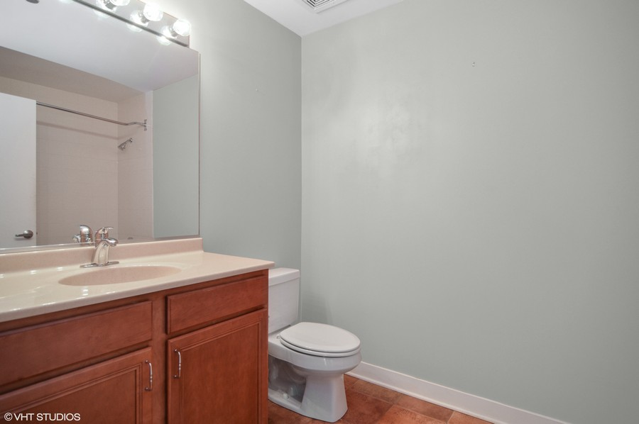 Real Estate Photography - 833 W 15th Pl, Unit 907, Chicago, IL, 60608 - 2nd Bathroom
