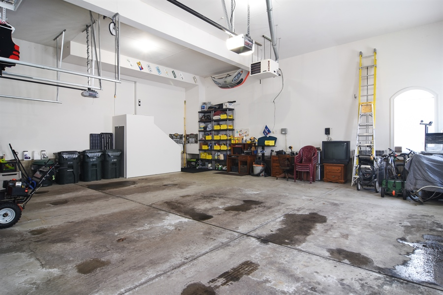 Real Estate Photography - 580 W Ruhl, Palatine, IL, 60074 - Garage, Heated, Expanded Ceiling