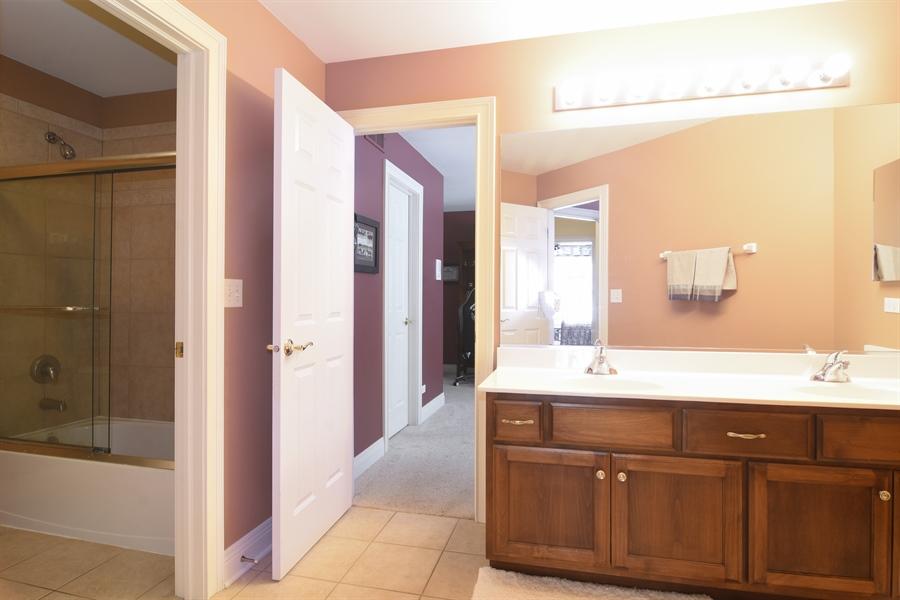 Real Estate Photography - 580 W Ruhl, Palatine, IL, 60074 - Jack & Jill FULL Bath Between BR 2 & 3