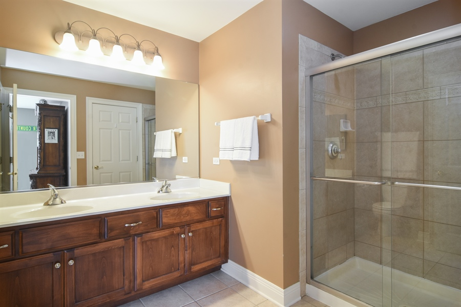 Real Estate Photography - 580 W Ruhl, Palatine, IL, 60074 - Jack & Jill FULL Bath Between BR 4 & 5