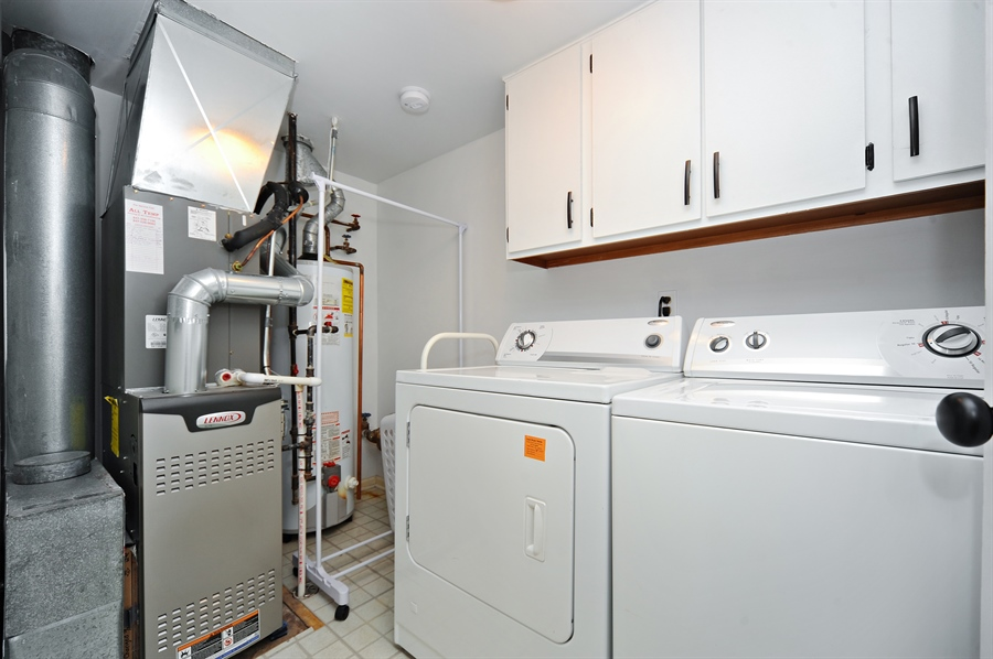 Real Estate Photography - 1520 Loatonia Ct, Libertyville, IL, 60048 - Laundry Room